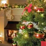 kuenstlicher-tannenbaum-tipps-arten-christbaumkugeln-girlande-kamin